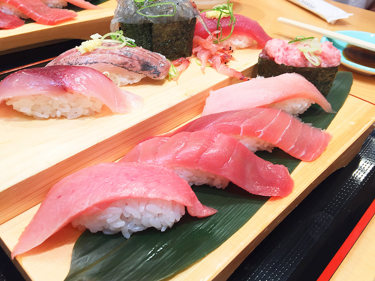 522【静岡・富士】マグロ解体ショーも!活気のある流れ寿司「沼津魚がし鮨」